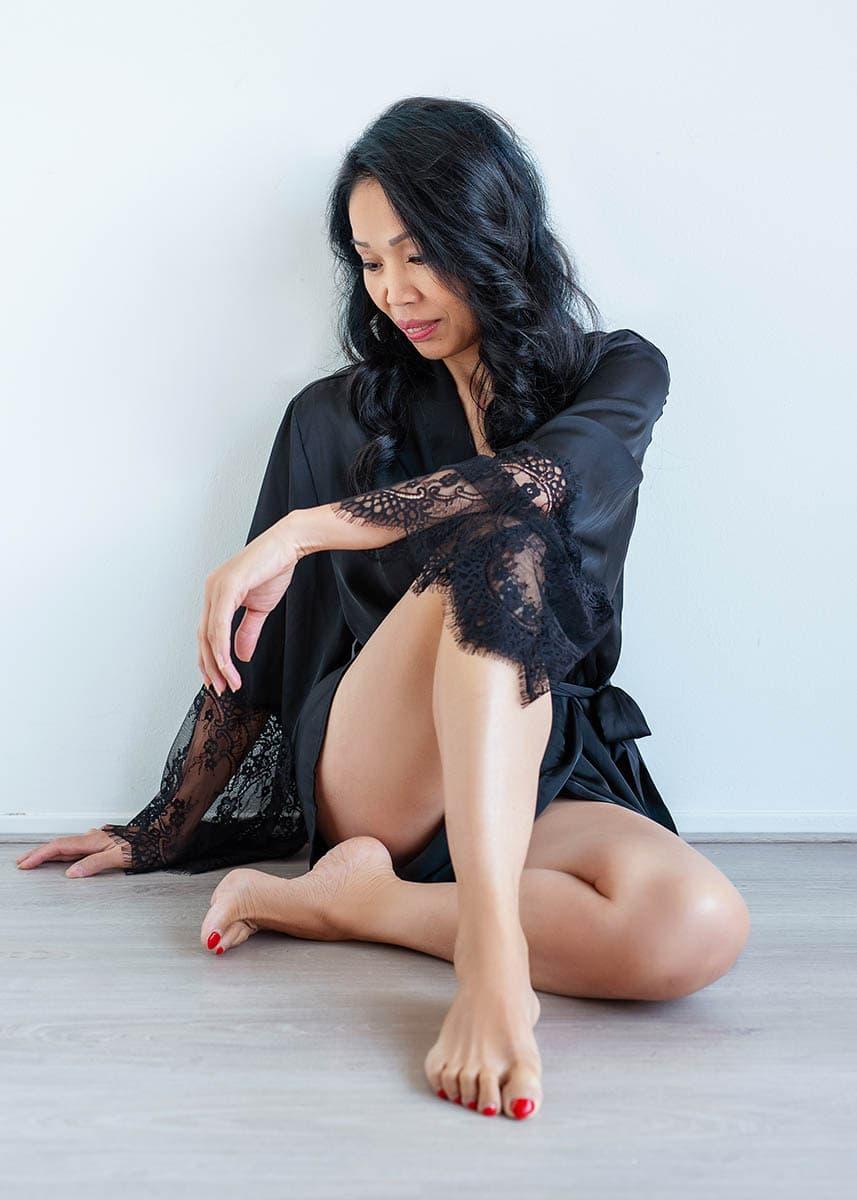 BOUDOIR fotoshoot zwarte lingerie wegijken kant kimono