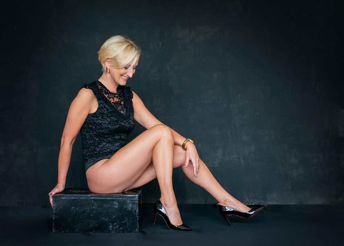 BOUDOIR fotoshoot pose wegkijken zwarte lingerie