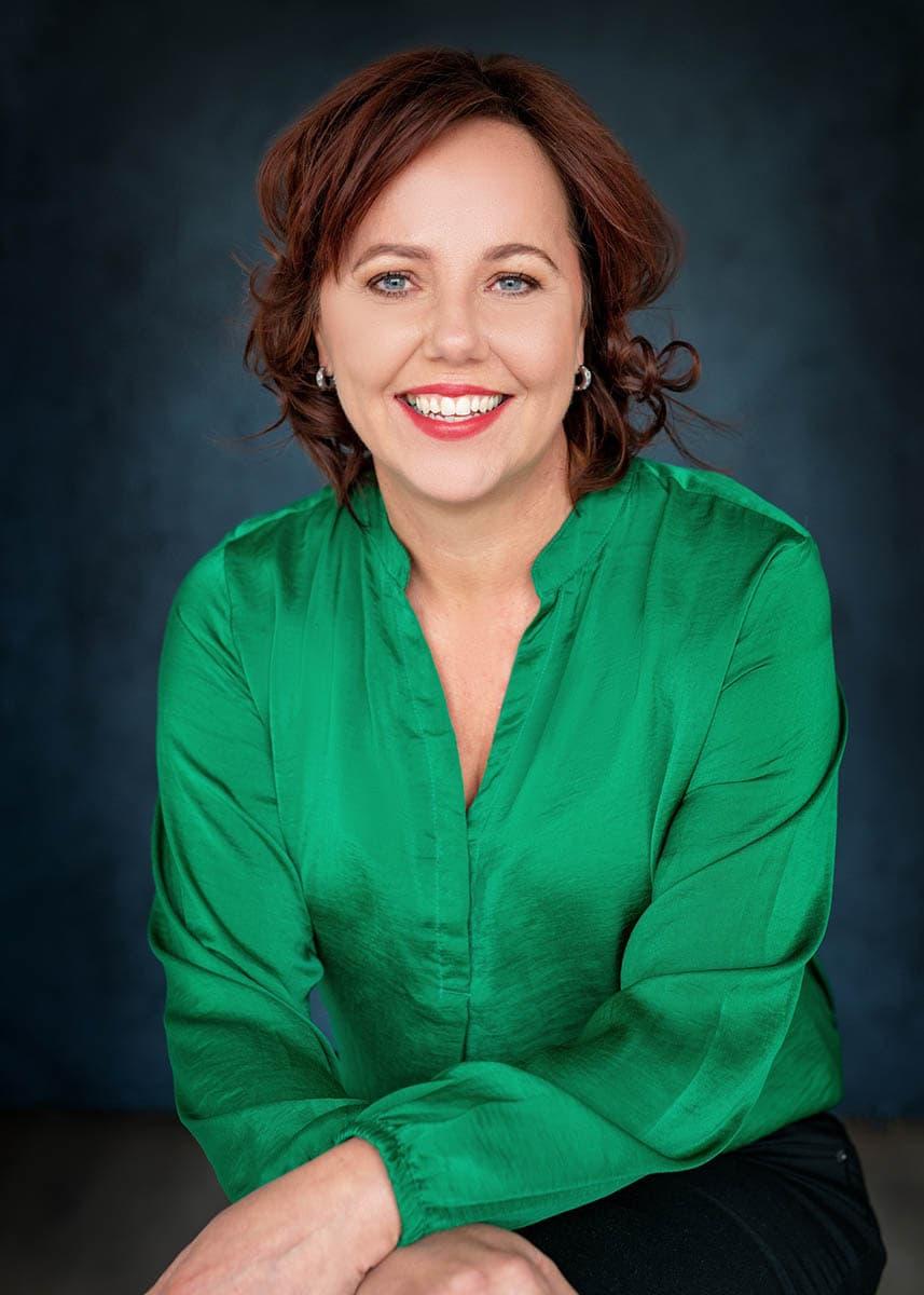 fotoshoot groene blouse pose armen over elkaar lachen