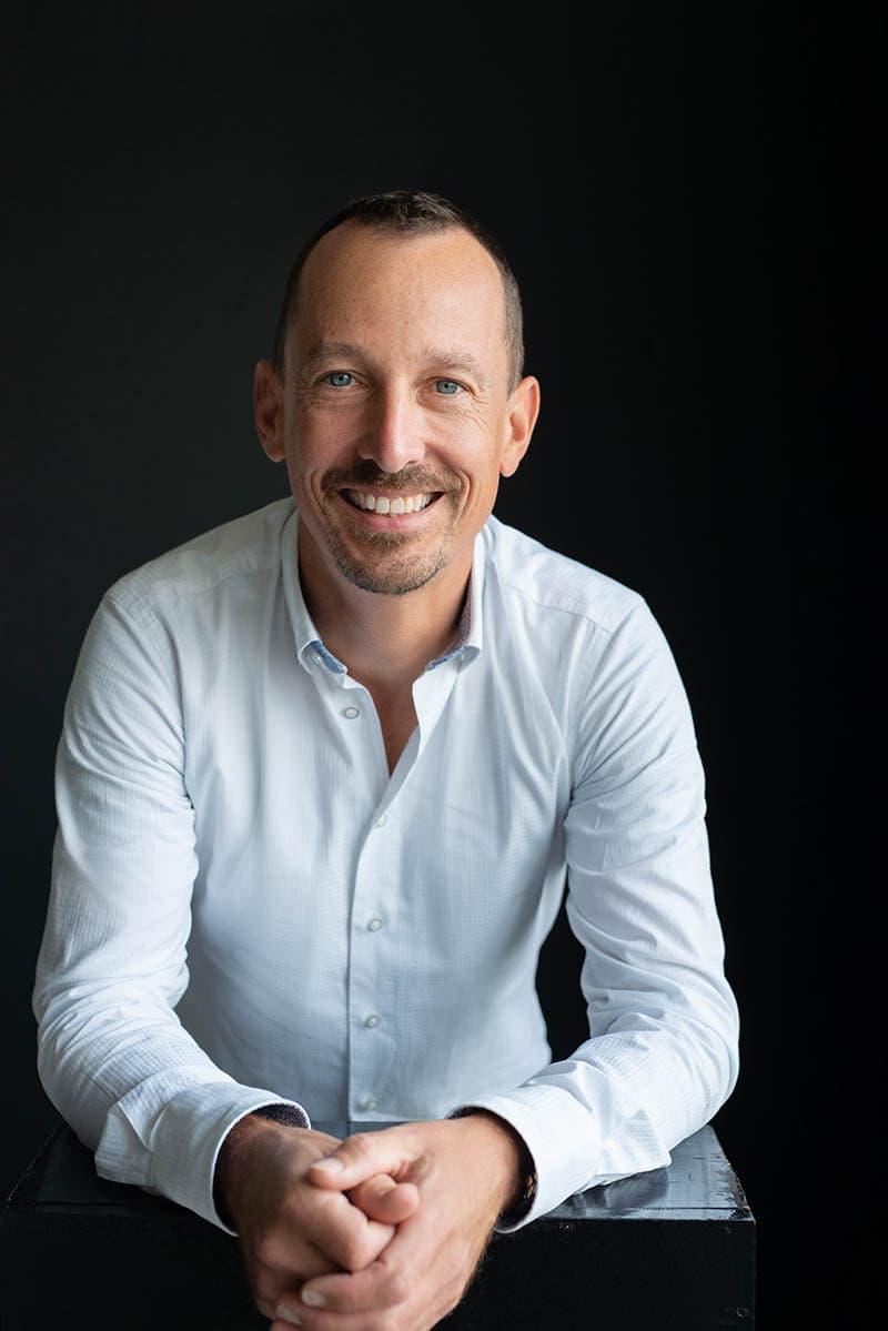 fotoshoot man in wit overhemd lachen