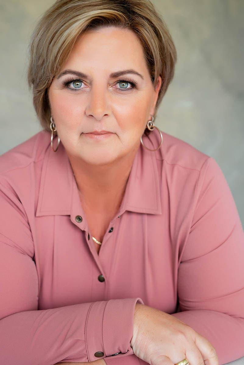 fotoshoot roze blouse glamerous make up