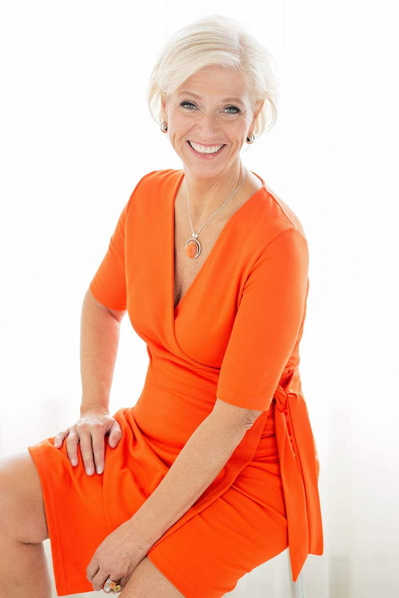 fotoshoot pose oranje jurk