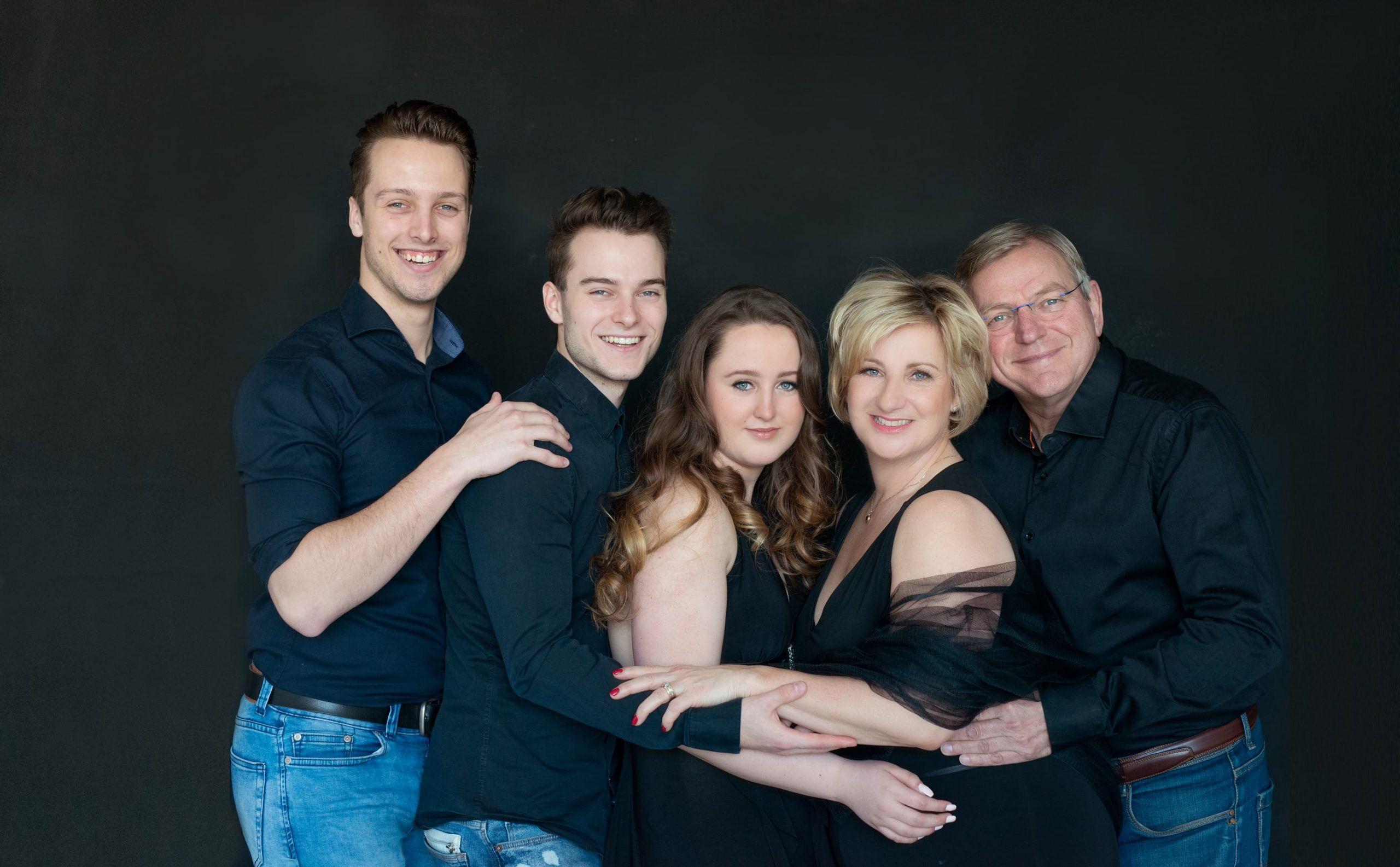 Family Portraits black on black familie fotoshoot