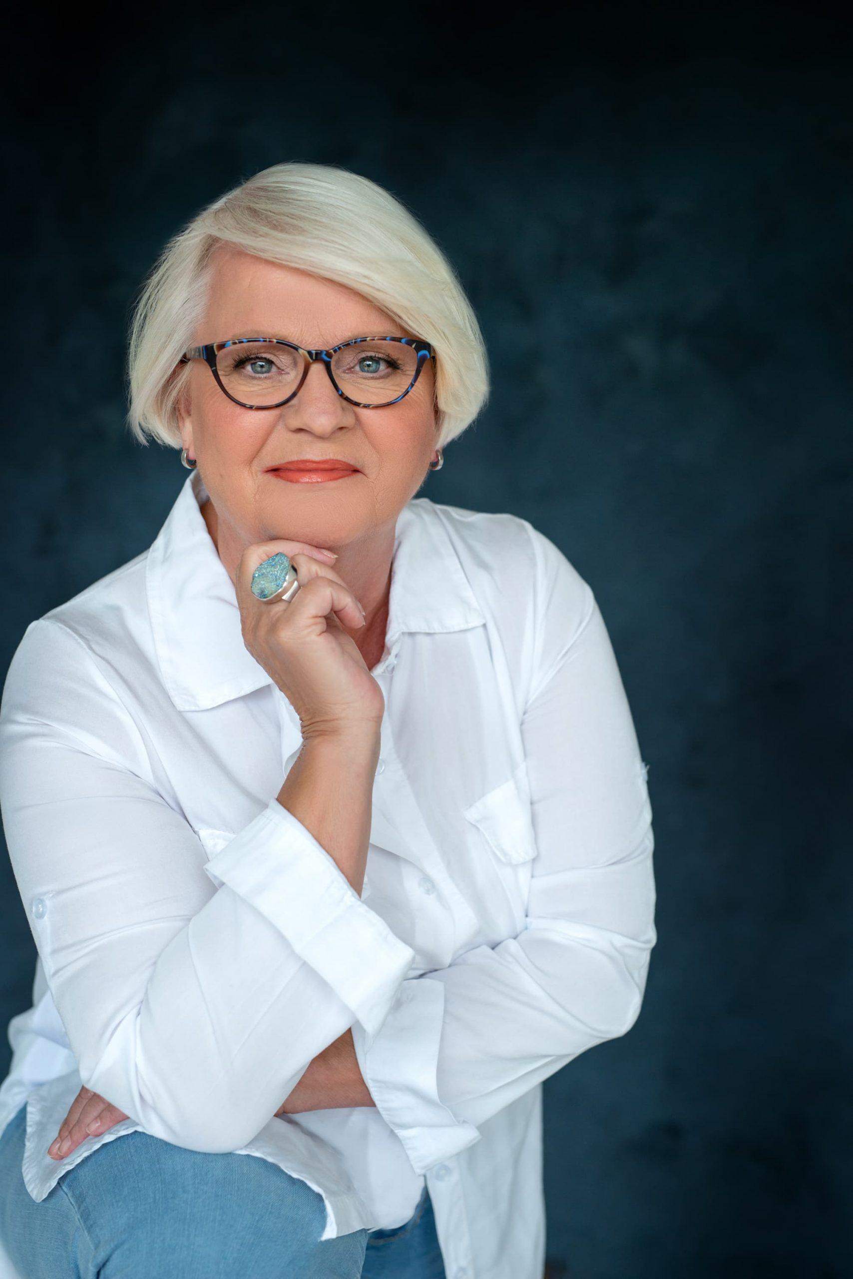 Personal Branding witte blouse met bril