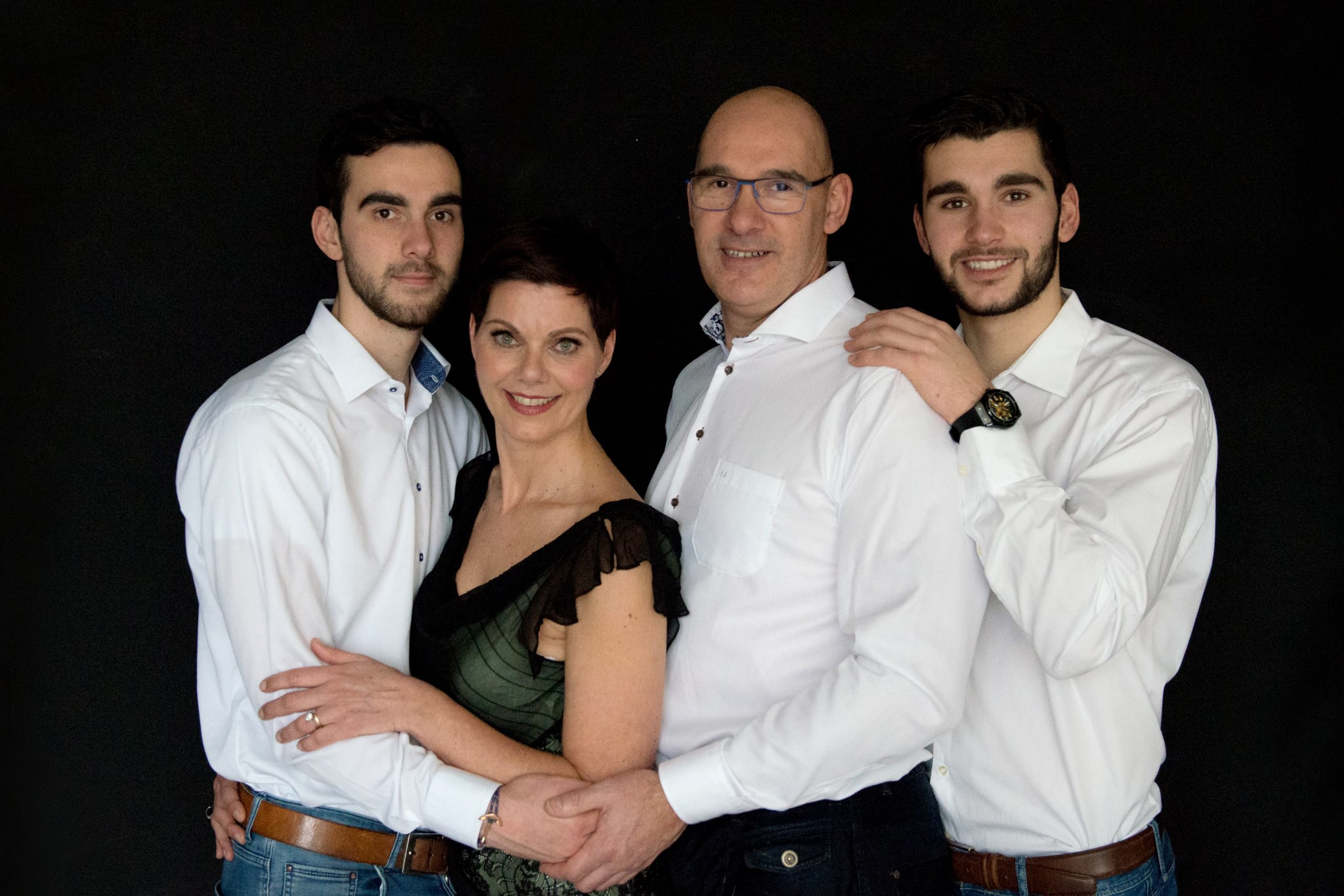 Family Portraits familie fotoshoot witte blouse man vrouw