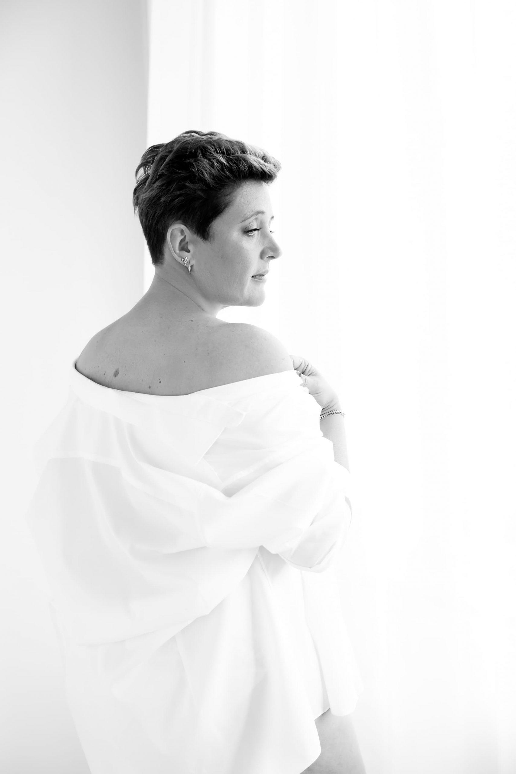 Boudoir dame in witte blouse