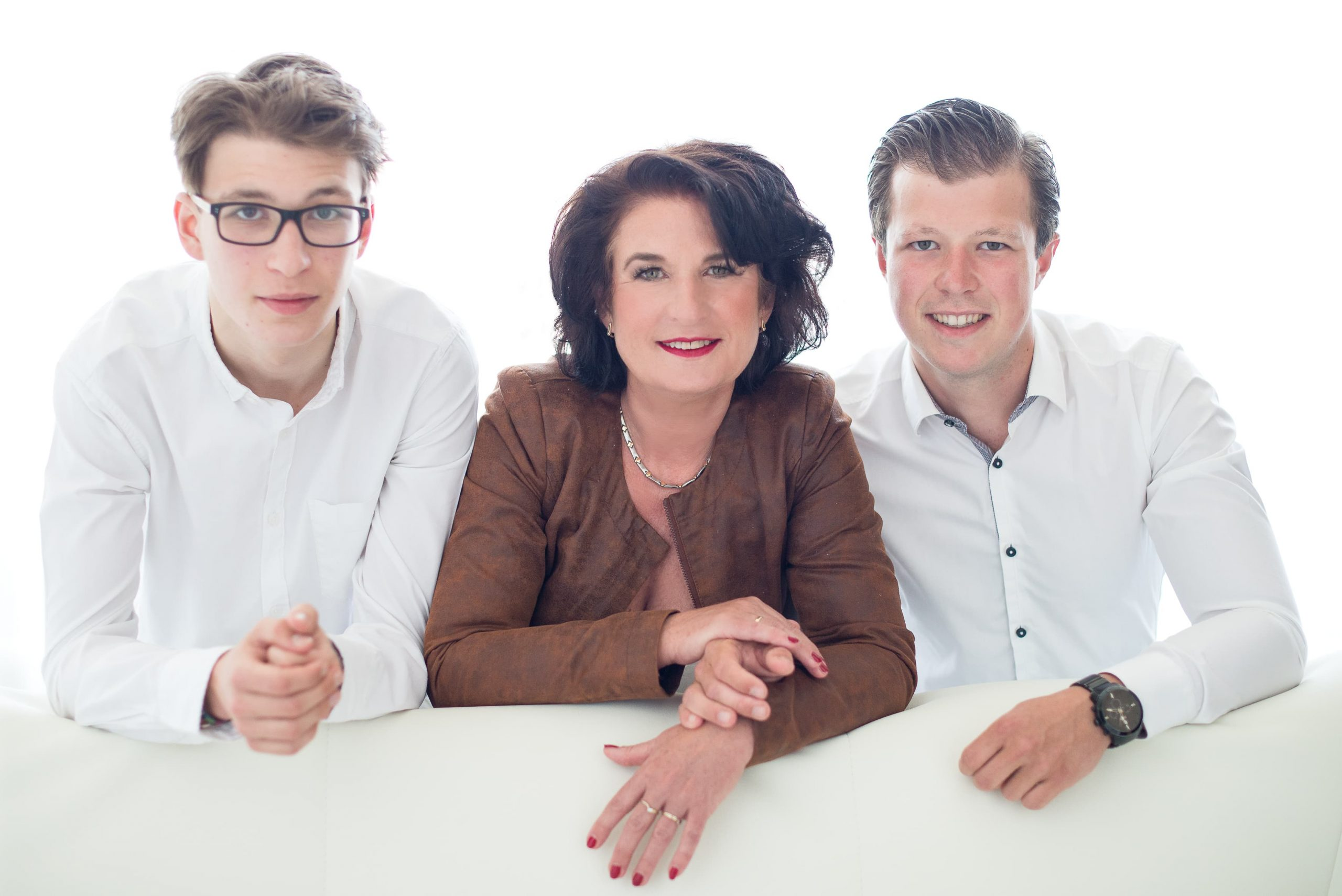 Family Portraits men in white bruin jasje moder en zoon