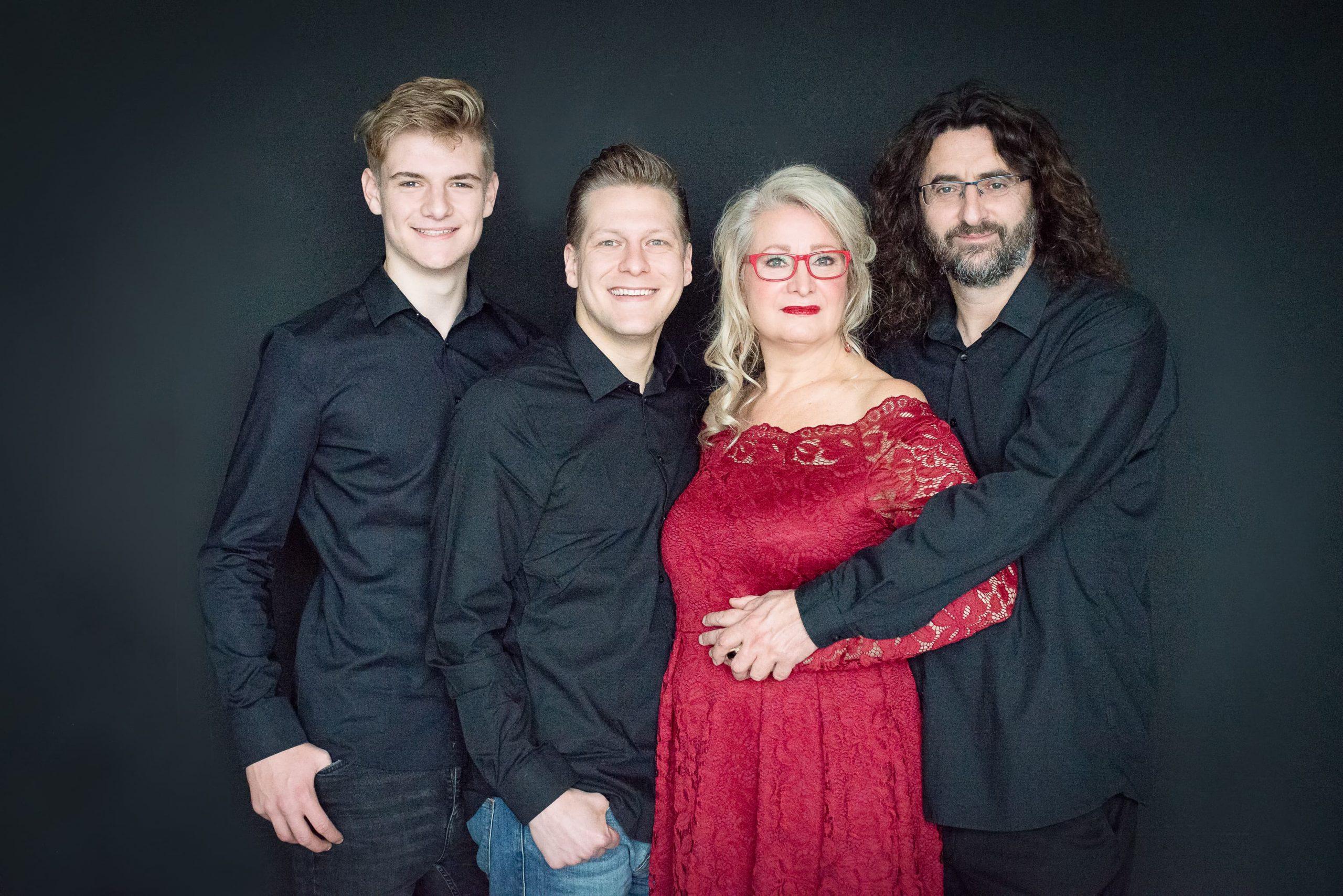 Family Portraits men in black rode jurk met kant familie fotoshoot