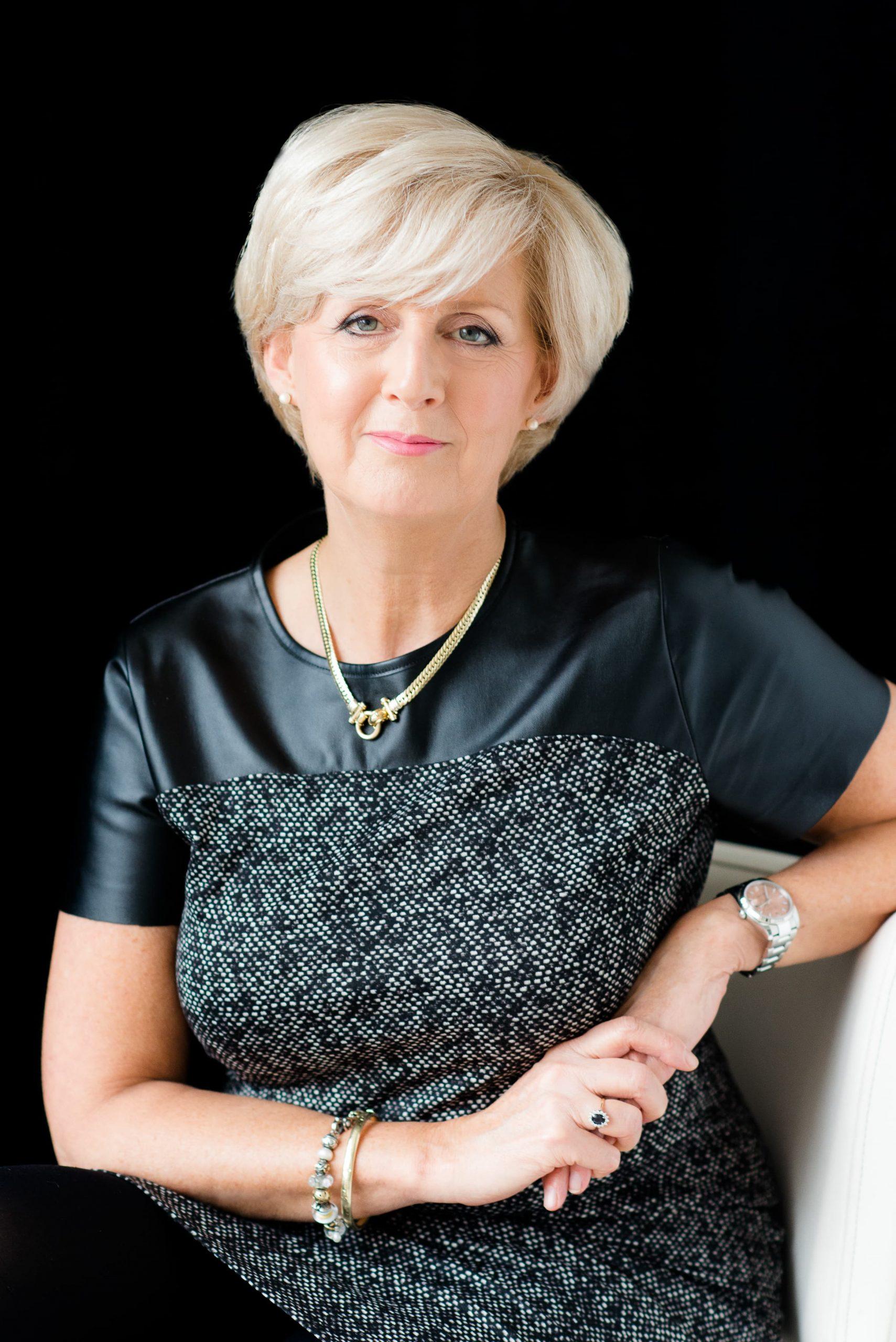 Beauty & Glamour zwarte t-shirt gouden ketting glamour make up