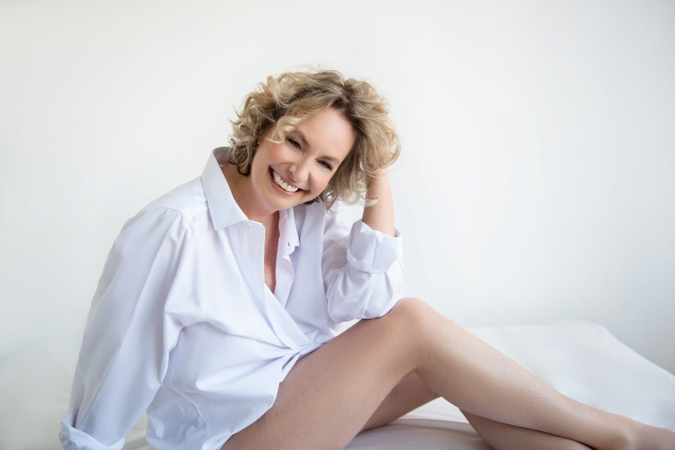 vrolijke vrouw in witte blouse