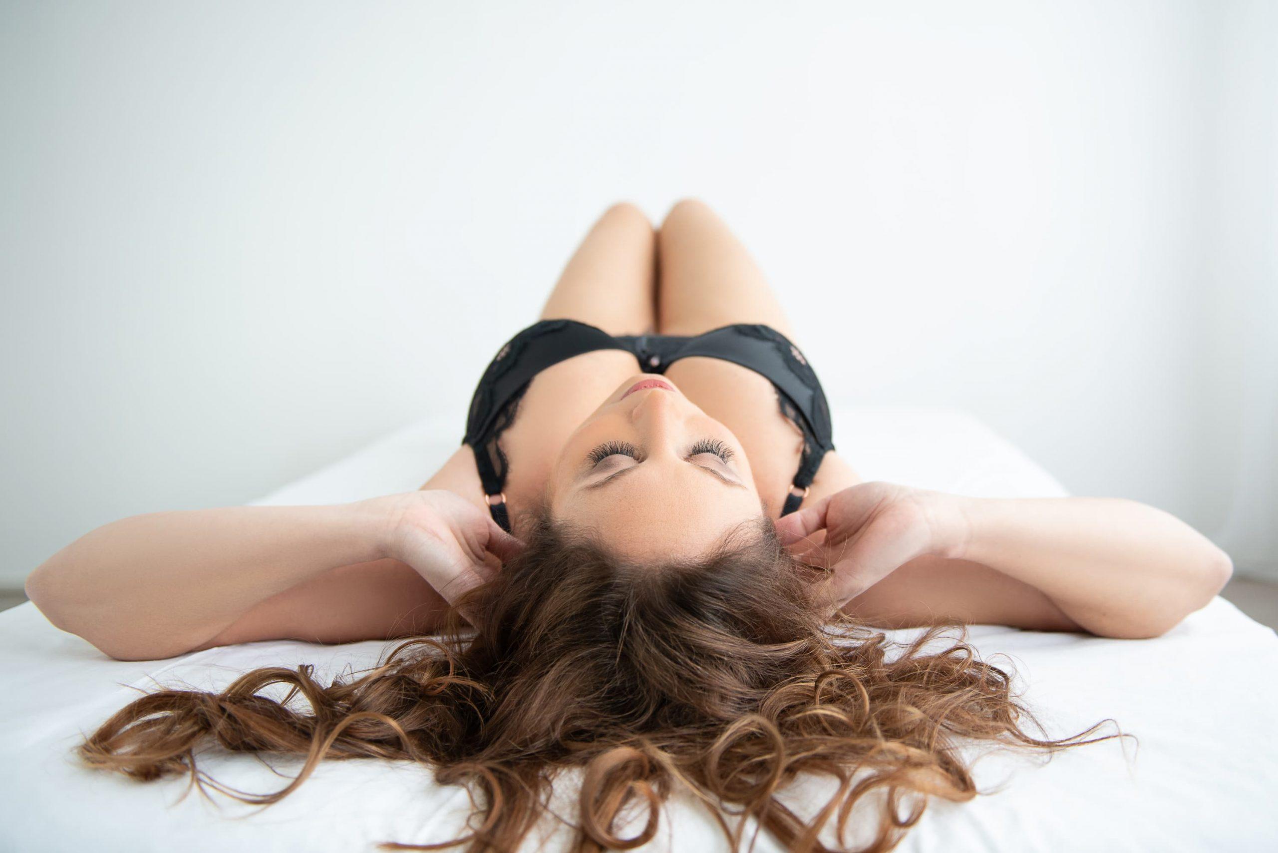liggende vrouw in zwarte lingerie