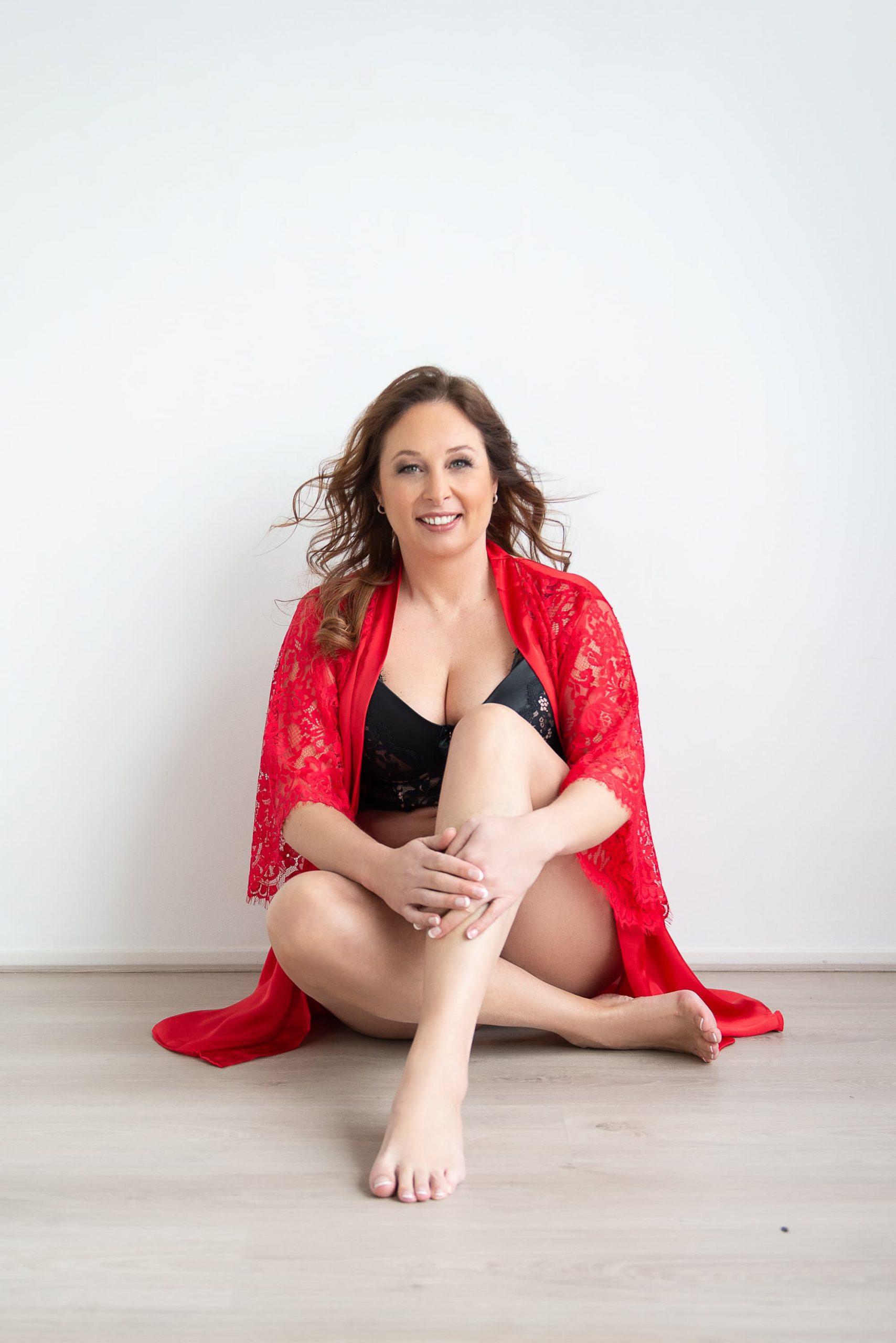 vrouw in rode peignoir