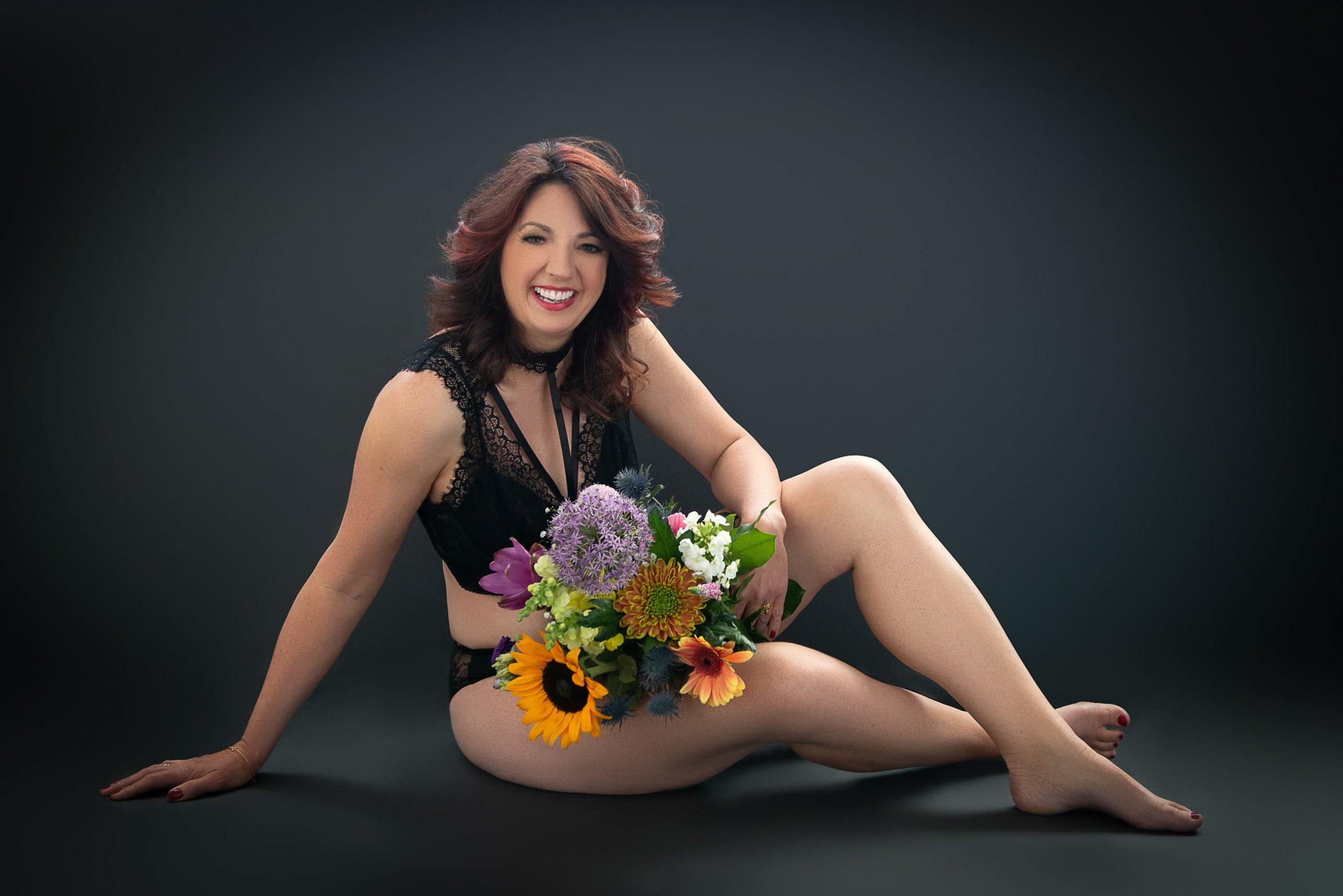 vrouw in zwarte lingerie met bloemen