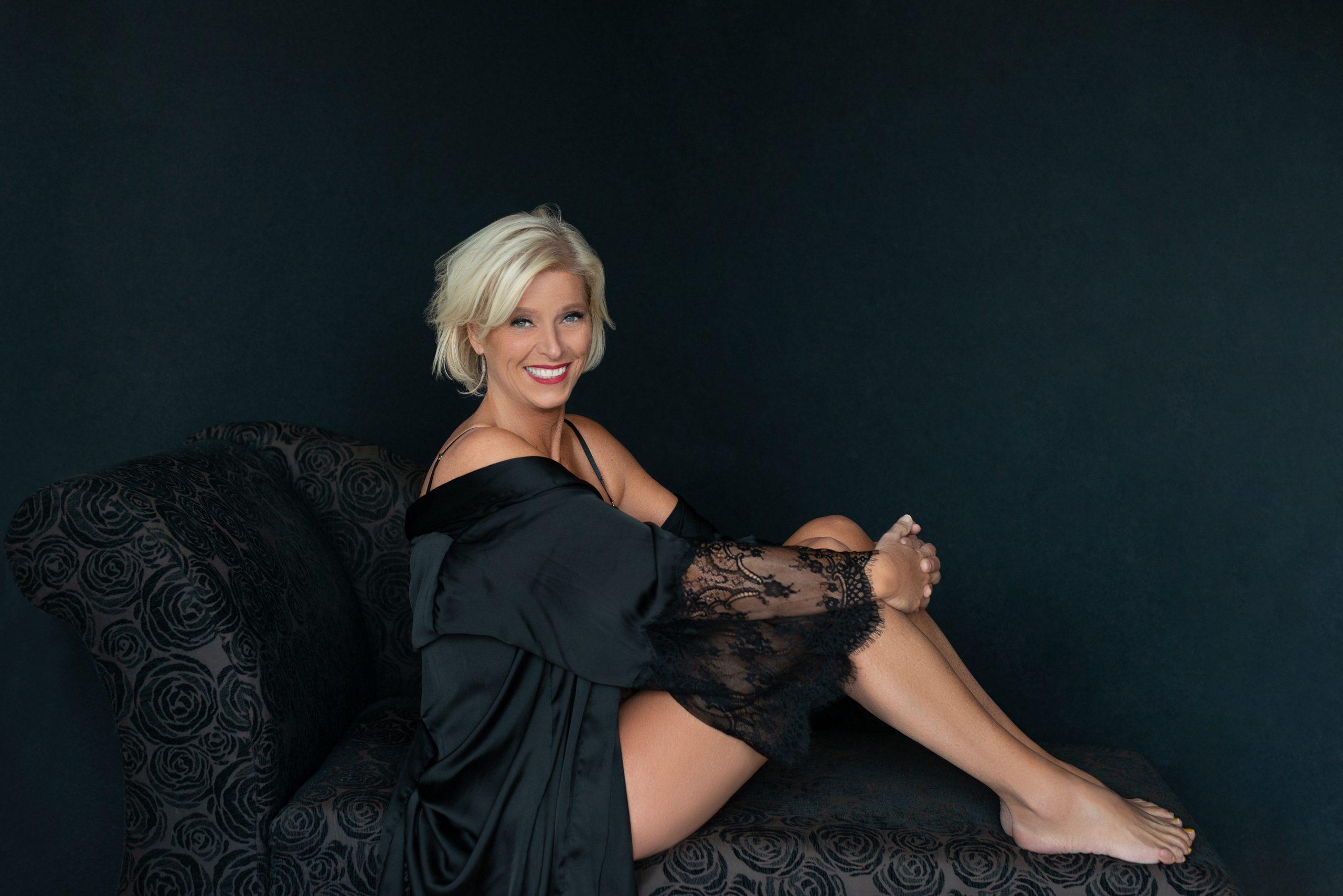 vrouw in zwarte peignoir