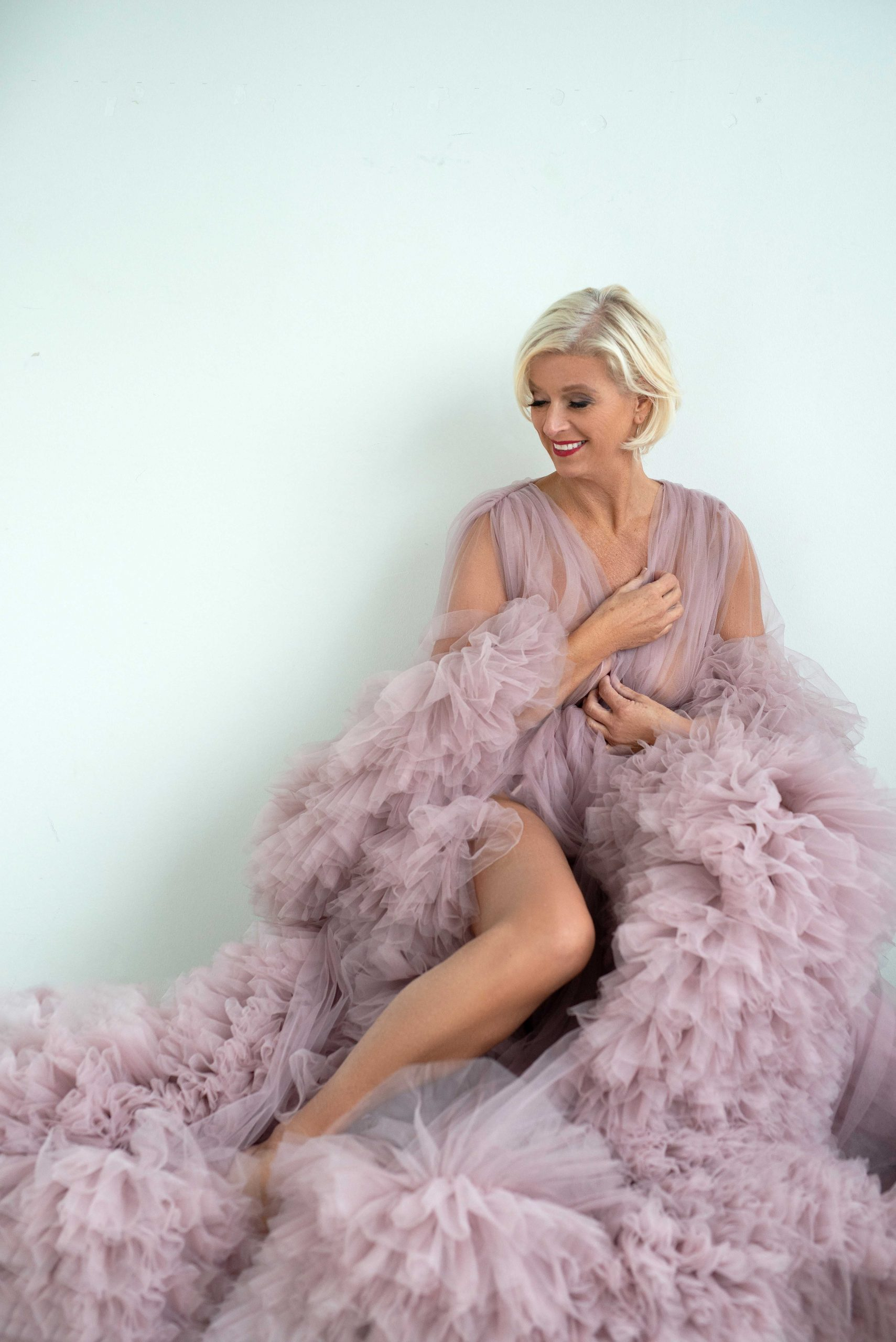 vrouw in roze couture